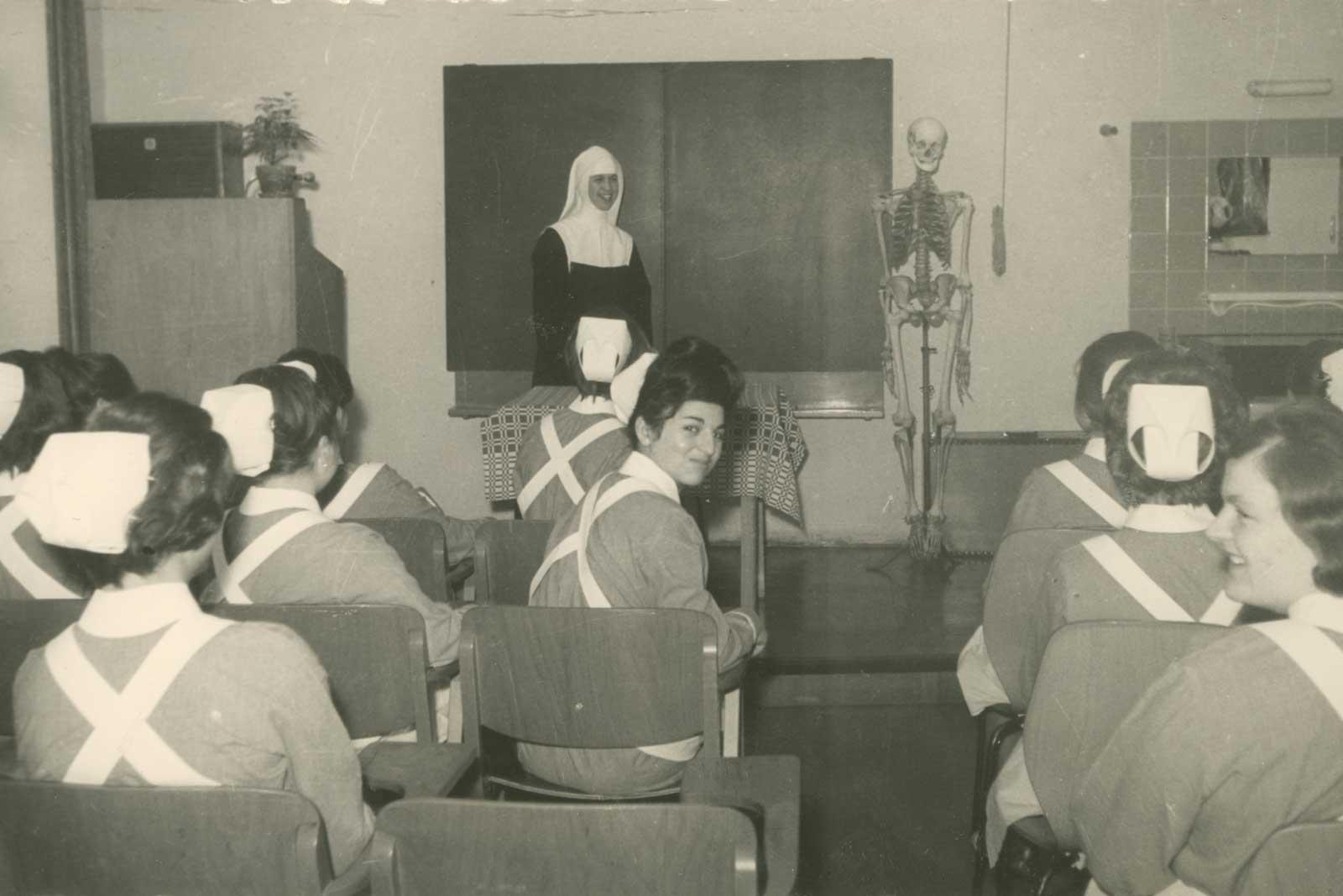 Unterricht in der Krankenpflegeschule Innsbruck im Jahr 1965
