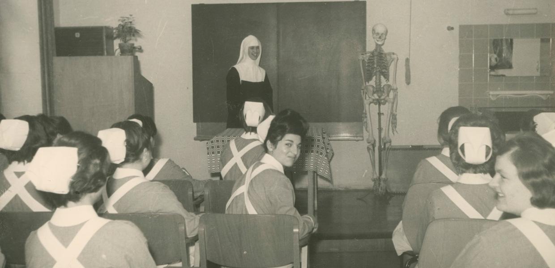 Unterricht in der Krankenpflegeschule in der 1960ern.