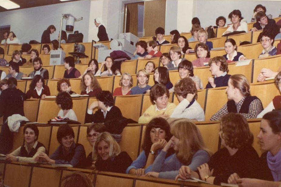 Vorlesung im großen Hörsaal an der Krankenpflegeschule Innsbruck.